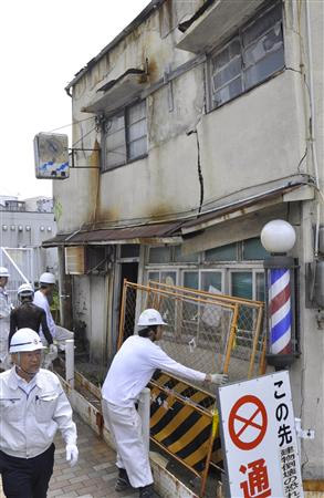 Kobe forcibly demolishes condemned building